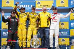 Podium: juara lomba Nicky Catsburg, LADA Sport Rosneft, Lada Vesta; peringkat kedua Gabriele Tarquini, LADA Sport Rosneft, Lada Vesta; peringkat ketiga place Norbert Michelisz, Honda Racing Team JAS, Honda Civic WTCC; James Thompson, All-Inkl Motorsport, Chevrolet RML Cruze TC1; Viktor Shapovalov, Team manager Lada Sport Rosneft