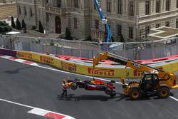 The Red Bull Racing RB12 Даніеля Ріккардо, Red Bull Racing, піднімають після аварії