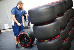 Williams monteur met banden van Pirelli