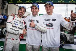 Para pemenang lomba #2 Porsche Team Porsche 919 Hybrid: Neel Jani, Romain Dumas, Marc Lieb celebrate