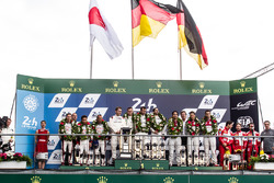 Подиум LMP1: победители в классе и в гонке Ромен Дюма, Нил Джани, Марк Либ, #2 Porsche Team Porsche 919 Hybrid, второе место - Стефан Сарразен, Майк Конвей и Камуи Кобаяши, #6 Toyota Racing Toyota TS050 Hybrid, третье место - Лукас ди Грасси, Лоик Дюваль,
