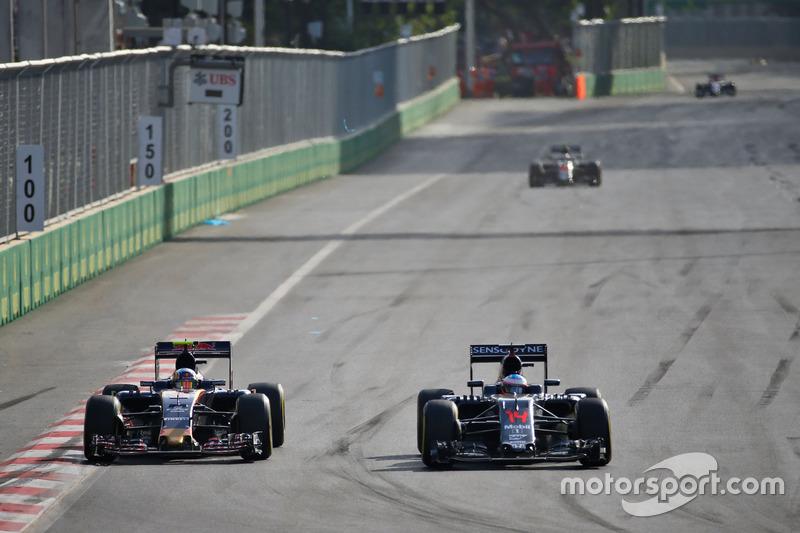 Carlos Sainz, Scuderia Toro Rosso STR11 y Fernando Alonso, McLaren MP4-31 luchan por la posición