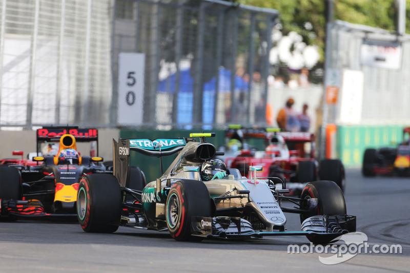 Ніко Росберг, Mercedes AMG F1 W07 Hybrid, лідирує на початку гонки