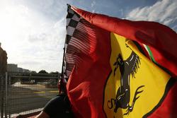 Tifoso e bandiera Ferrari