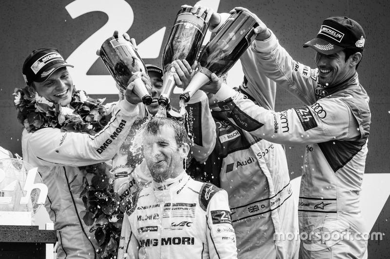 LMP1 Podio: clase y los ganadores de la general #2 Porsche Team Porsche 919 Hybrid: Romain Dumas con champagne