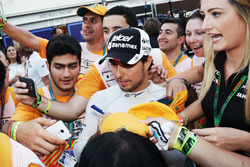 Sergio Perez, Sahara Force India F1, met marshals