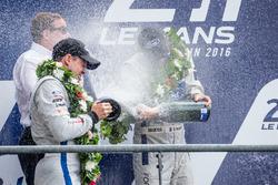 Podio LMGT Pro: festeggiamenti con lo champagne
