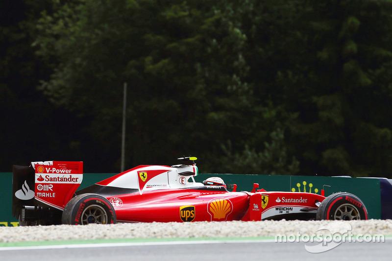 Kimi Raikkonen, Ferrari SF16-H spins off the circuit