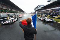 #2 Porsche Team, Porsche 919 Hybrid: Romain Dumas, Neel Jani, Marc Lieb und #1 Porsche Team, Porsche 919 Hybrid: Timo Bernhard, Mark Webber, Brendon Hartley  führen das Feld in die Aufwärmrunde
