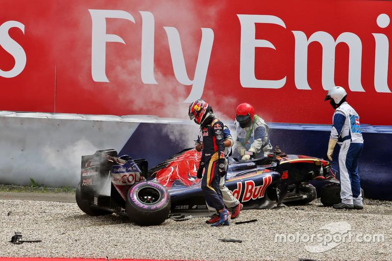 Daniil Kvyat, Scuderia Toro Rosso after a big crash