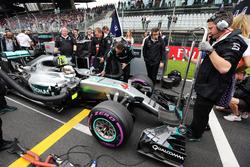 Lewis Hamilton, Mercedes AMG F1 W07 Hybrid, sulla griglia di aprtenza
