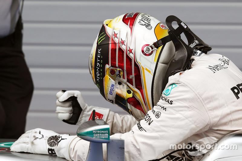Переможець гонки Льюїс Хемілтон, Mercedes AMG F1 W07 Hybrid святкує в закритому парку