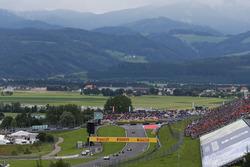 Нико Росберг, Mercedes AMG F1 W07 Hybrid едет за машиной безопасности