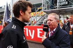 Джолион Палмер, Renault Sport F1 Team и Мартин Брандл, комментатор Sky Sports, на стартовой решетке