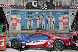 Podium GTLM: posisi pertama Ryan Briscoe, Richard Westbrook, Ford Performance Chip Ganassi Racing, posisi kedua Joey Tangan, Dirk M テ シ ller, Ford Performance Chip Ganassi Racing, posisi ketiga Bill Auberlen, Dirk Werner, BMW Team RLL