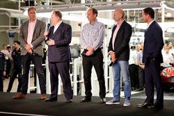 Andy Palmer-Presidente y Director Ejecutivo, Aston Martin Lagonda Ltd. en el escenario con Red Bull Racing Director del equipo Christian Horner, Adrian Newey, director técnico de Red Bull Racing, David Rey - Vice Presidente y jefe especial operaciones ofic