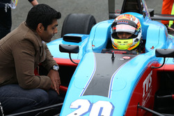 Karun Chandhok talks with Arjun Maini, Jenzer Motorsport