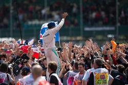 Sieger Lewis Hamilton, Mercedes AMG F1 feiert mit den Fans