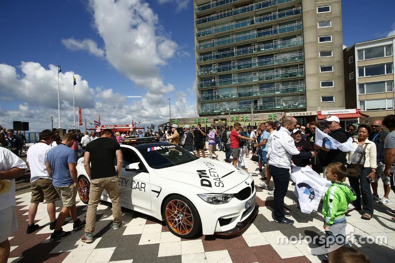 BMW safety car maakt de boulevard van Zandvoort onveilig