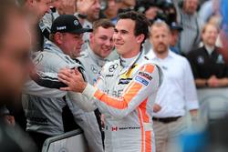 1. Robert Wickens, Mercedes-AMG Team HWA, Mercedes-AMG C63 DTM, mit dem Team