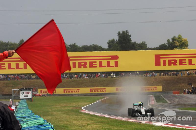 Nico Rosberg, Mercedes AMG F1 W07 Hybrid pasa una bandera roja en la calificación