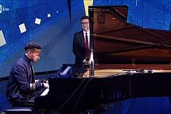 Hamilton toca piano