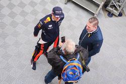 Max en Jos Verstappen achter de Red Bull-garage in Barcelona