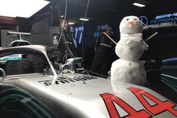 Снеговик в гараже Mercedes AMG F1