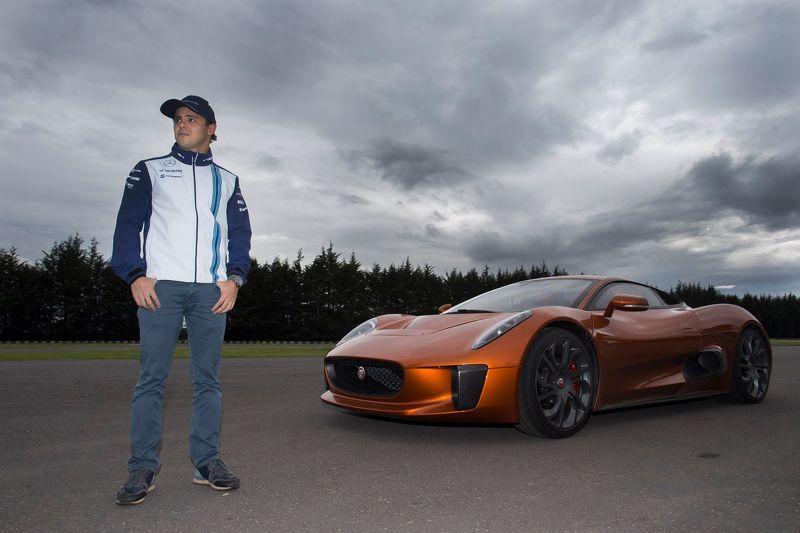 Felipe Massa ao lado do Jaguar C-X75, do filme '007 contra Spectre'