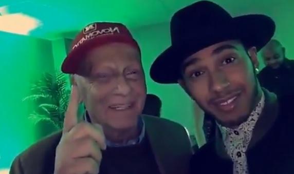 Hamilton ao lado de Niki Lauda em vídeo publicado no Snapchat em que diz ter bebido muita vodka