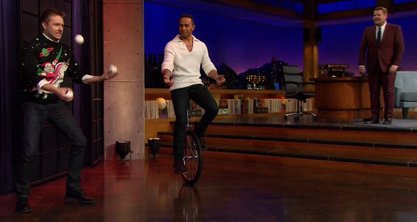 Lewis Hamilton anda de monociclo no programa Late Late Show!
