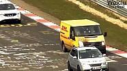 La van de DHL pasa varios coches en Flugplatz / Nurburgring