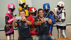 Daniel Ricciardo y Kvyat conocen a los Power Rangers japoneses