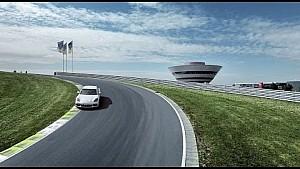 Porsche fabrieksrijder Brendon Hartley bestuurt de Panamera 4 E-Hybrid